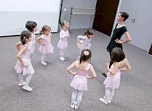 """La """"Casa de balet"""" copii descopera elementele de baza ale miscarii creative si baletului"""