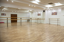 Lectiile de balet se desfasoara in sali mari, luminoase si pline de oglinzi la Casa de Balet